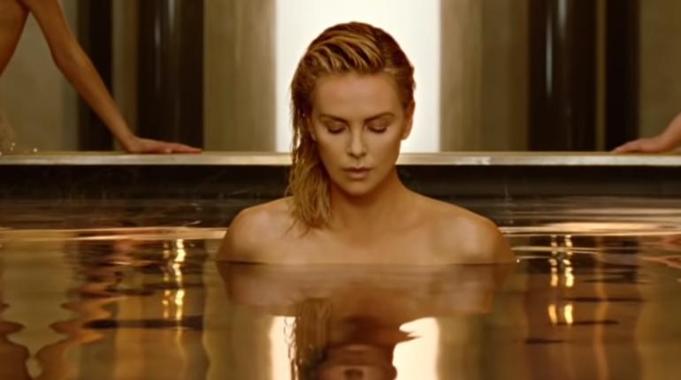 Марка Dior опубликовала на своем YouTube канале рекламный ролик новых духов J'adore Absolu, в котором Шарлиз Терон снялась полностью обнаженной.