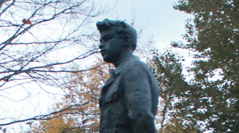 В Петербурге 29 октября отмечают 100-летие ВЛКСМ. Коммунисты России возложат цветы к памятнику первым комсомольцам, а вечером в БКЗ