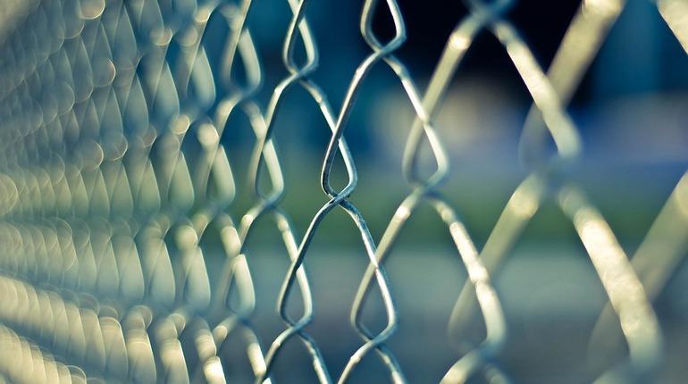В одной из камер изолятора временного содержания в Приозерском районе Петербурга мужчина, который совершил особо тяжкие преступления, найден мертвым.