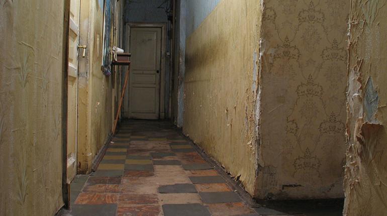 Следователи во Фрунзенском районе Петербурга задержали подозреваемого в убийстве сожительницы. По версии следствия, петербуржец избил, а потом задушил возлюбленную в коммунальной квартире.