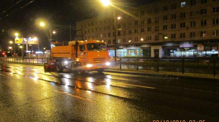 Дорожные предприятия Петербурга начали работать по зимнему регламенту. За прошедшую неделю дороги и магистрали в связи с заморозками обработали более 1700 кубометрами слабосолевым раствором от гололедицы.
