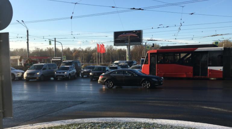 Из-за сломавшихся светофоров в Петербурге произошел транспортный коллапс утром 29 октября. Без регулировки остались перекрестки Бухарестской улицы с улицей Салова и проспектом Славы.