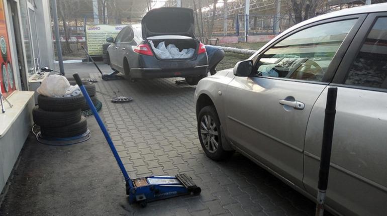 Житель Северной столицы лишился крупной суммы, пока менял колесо в мастерской шиномонтажа в Калининском районе.