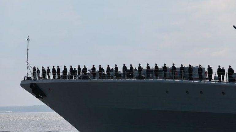 Жители России посчитали, что лучший военно-морской парад прошел в этом году в Петербурге. Северная столица обогнали в рейтинге Севастополь, Владивосток и Анапу. Петербург получил 48 процентов голосов от россиян, Севастополь — 43 процента, а Владивосток и Анапа набрали одинаковое количество процентов — по 4, оказавшись на третьей позиции.