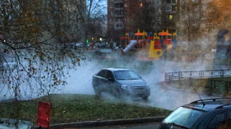 Трубу с горячей водой прорвало в Красносельском районе, кипяток залил двор. На месте работают экстренные службы.