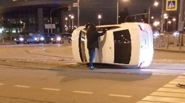 Вечером 30 октября еще один автолюбитель уложил свою машину. В Петербурге иномарки умудрялись закинуть даже на крышу, но сегодня водитель опрокинул ее на бок. Остается надеяться, что он не пострадал во время ДТП.