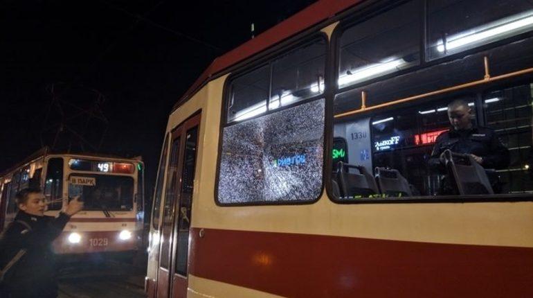 На Бухарестской улице в Петербурге неизвестный обстрелял трамвай из проезжающий мимо машины.
