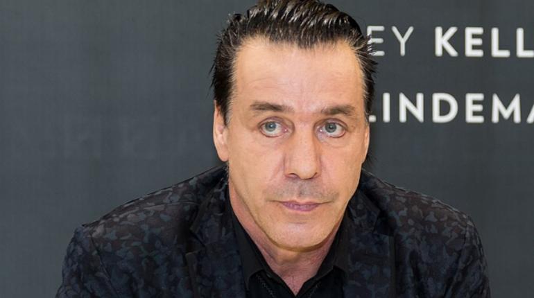 Лидер группы Rammstein Тилль Линдеманн забрал из больницы певицу Светлану Лободу. Артистке недавно сделали операцию на почке.