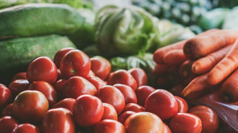 Управление Роспотребнадзора по Петербургу за девять месяцев 2018 года проверило 274 предприятия, реализующих плодоовощную продукцию. Специалисты выявили нарушения при проведении проб на ГМО, наличие радиоактивных веществ, а также овощи проверили по микробиологическим показателям.