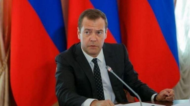 Председатель правительства РФ Дмитрий Медведев поставил нефтяникам ультиматум из-за цен на топливо. Если урегулировать стоимость на бензин не удастся, то российскому правительству придется пойти на крайние меры - принять документ о введении заградительных пошлин на нефть и нефтепродукты.