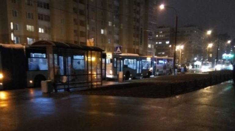 Маленькая авария на улице Сикейроса, 12 в Петербурге, случившаяся вечером 31 октября, закончилась внушительной пробкой. Сразу шесть автобусов стоят в ряд после столкновения двух машин.