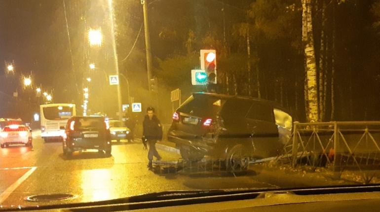 Погоня произошла в Выборгском районе Петербурга поздним вечером 31 октября. По словам очевидцев, а проспекте Тореза произошло ДТП, один из его участников попытался скрыться, и за ним помчались полицейские.