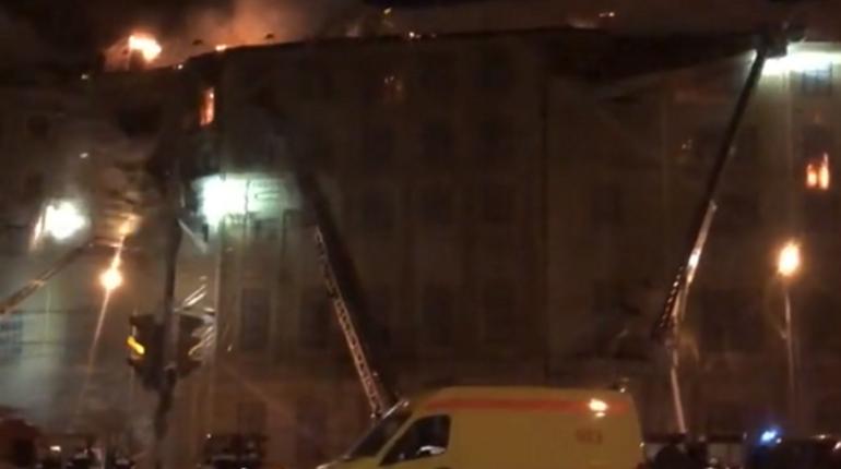 В районе Москвы Хамовники загорелось выселенное здание. Площадь пожара составляет около двух тысяч квадратных метров.