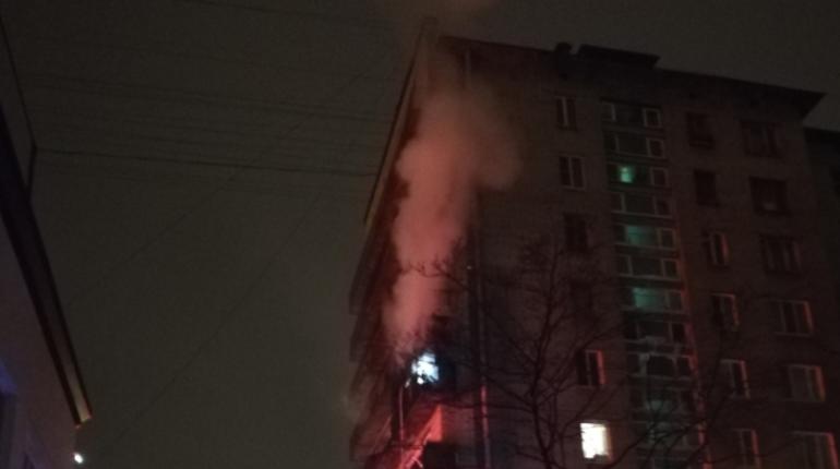 Ночной пожар разбудил жителей одного из домов на Ленинском проспекте. Причиной переполоха стал горящий на балконе мусор.