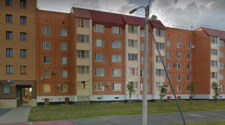 В городе Кириши Ленинградской области в результате взрыва выбило окна в одном из жилых домов. По данным правоохранителей, причиной стал баллон с лаком для волос.