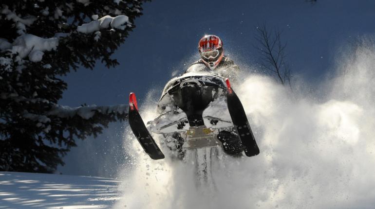 Оказалось, что чиновники в Ленинградской области нуждаются в снегоходе за 750 тысяч рублей. На сайте госзакупок уточняется, что особенный интерес представляет двухместный снегоход с креплениями для лыж.