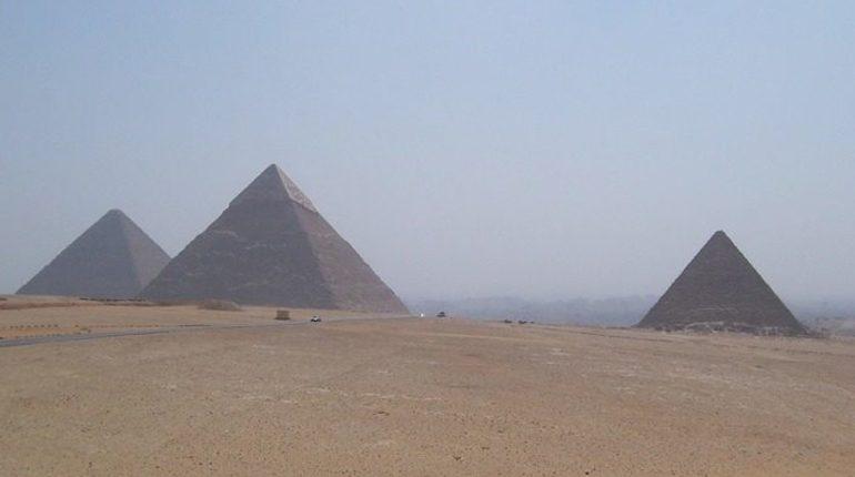 Археологи нашли в карьере Хатнуба, где древние египтяне добывали алебастр, следы пандуса для поднятия тяжелых каменных блоков. Предполагается, что такую же систему использовали для строительства пирамид.