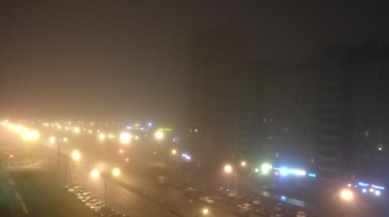 Плотный туман накрыл Петербург вечером 1 ноября. Городской ГУ МЧС ранее предупреждало о