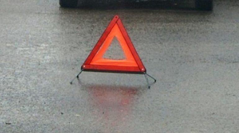 В Приозерском районе Ленобласти человек погиб под колесами автомобиля. Машина сбила пешехода, который шел в попутном направлении по проезжей части.