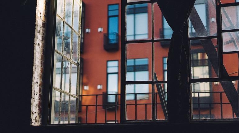 В ночь с 30 октября на 1 ноября в Выборгском районе Петербурга неизвестный через окно проник в квартиру на первом этаже.