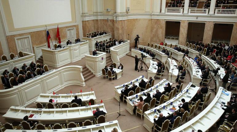 Петербургские депутаты намерены ввести штрафы для подростков, пьющих в баре. Важность этой законодательной инициативы поставили под сомнение коллеги по парламенту.