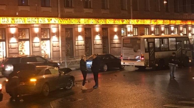 В Петроградском районе Петербурга произошло дорожно-транспортное происшествие с участием маршрутки. Об этом свидетели аварии рассказали в социальной сети