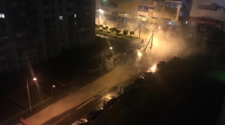 Человек пострадал, провалившись в яму с кипятком в Колпино на углу улиц Октябрьской и Ижорского батальона ночью 3 ноября. На месте аварии работают экстренные службы.