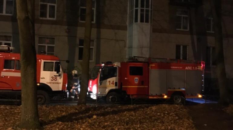 Пожар в Московском районе произошел ночью 3 ноября.  В доме 38 по Благодатной улице неизвестный поджог в парадной детскую коляску и кнопки дверных звонков.