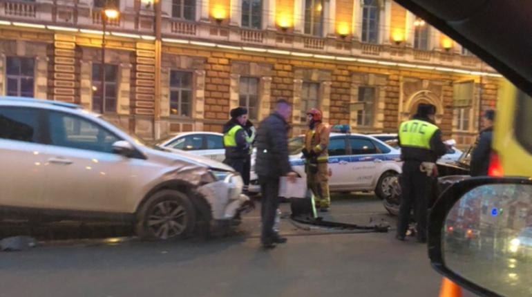 Серьезная авария произошла в центре Петербурга утром в субботу, 3 ноября. Перед Литейным мостом произошло ДТП с участием трех автомобилей - такси, кроссовера и легковушки Mercedes