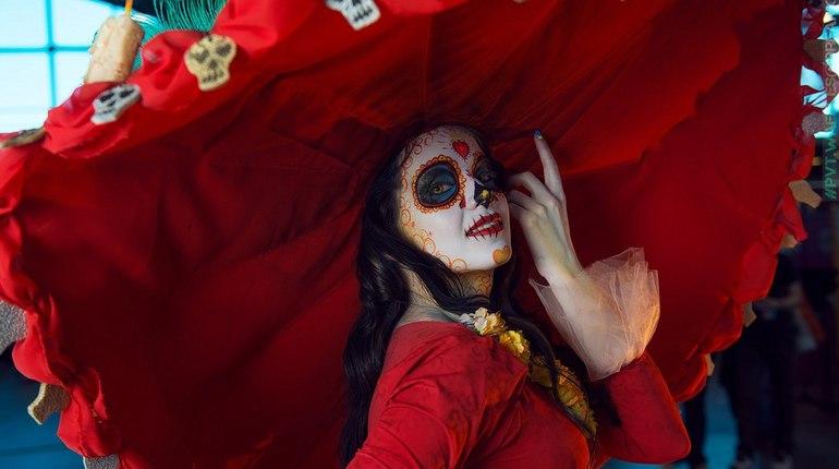 Конкурс косплеев и Ночь ужасов: в Петербурге начался мексиканский «Хеллоуин»