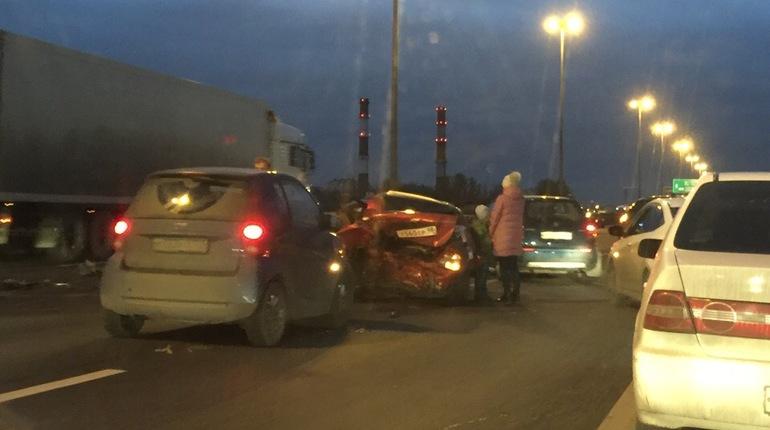 В субботу, 3 ноября, на внешней стороне КАД Петербурга произошла массовая авария с участием трех машин.