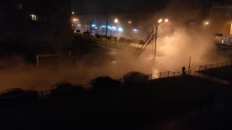 Следователи ГСУ СК по Петербургу проверяют инцидент в Колпино, где ночью 3 ноября в яму с кипятком провалился молодой человек. Парень получил ожоги 80% тела.