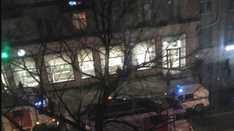 В здании Сбербанка в Невском районе Петербурга вечером в субботу, 3 ноября, произошло сильное задымление. Персонал и клиентов кредитного учреждения пришлось эвакуировать.