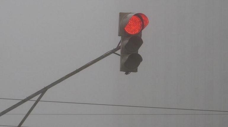 Второй выходной день недели предвещает пасмурную погоду. Также автомобилисты могут попасть в затруднительную ситуацию 4 ноября, ведь ближе к утру Петербург окутает туман.