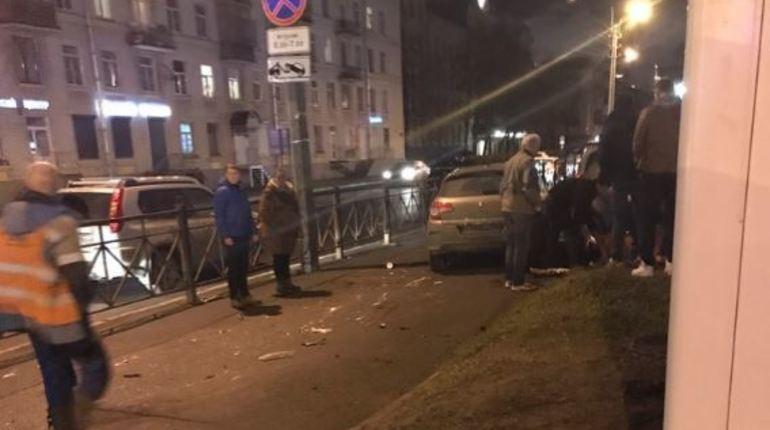 В Петербурге произошло ДТП, во время которого пострадал пешеход. В социальной сети утверждают, что потерпевший выжил. Автор поста