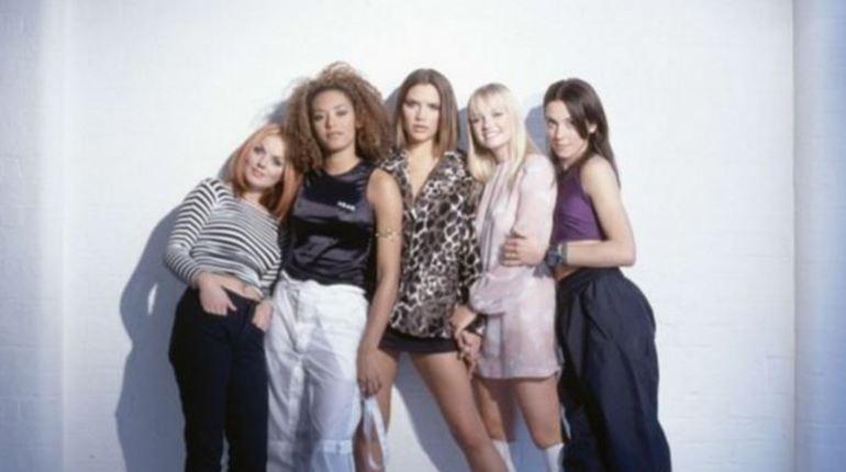 Появилась информация о том, что легендарная поп-группа Spice Girls в понедельник объявит о своем воссоединении. Девушки готовы снова напомнить о себе, отправившись в турне по Великобритании.