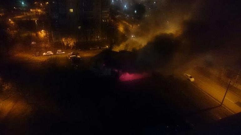 Во Фрунзенском районе Петербурга ночью дотла сгорел магазин. По словам очевидцев в социальной сети