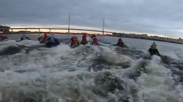 Деды Морозы и Снегурочки устроили массовый заплыв на гидроциклах по рекам и каналам Петербурга. Их видели на Мойке и канале Грибоедова, а также у Яхтенного моста.