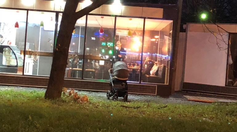 Голод заставил жительницу Петербурга бросить коляску с младенцем на улице и отправиться в кафе отведать аппетитные хачапури с самсой. Инцидент произошел в Калининском районе вечером 4 ноября.