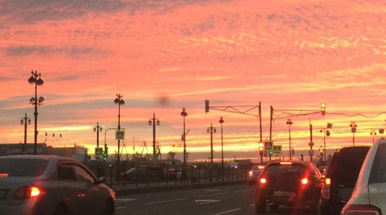Интернет-пользователи заполонили соцсети не собственными селфи, а снимками неподражаемого города – Петербурга. Многие восхитились красотой красного заката, который можно было наблюдать вечером 4 ноября.