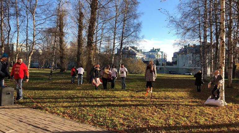 Митингующие, пришедшие во Фруктовый сад 5 ноября, собираются заявлять о своих правах, не заходя на газон. Они объясняют это тем, что берегут Петербург. Организаторы предполагают, что на мероприятие придут около 60 человек. Ранее «Мойка78», писала, что пока на акцию пришли только 6 активистов.