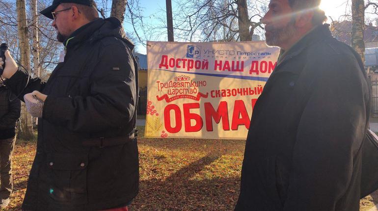На митинг во Фруктовом саду приехал депутат ЗакСа Петербурга Борис Вишневский, который выступил перед участниками акции 5 ноября. Депутат убежден, что власть продолжает закрывать глаза на действия недобросовестных застройщиков.