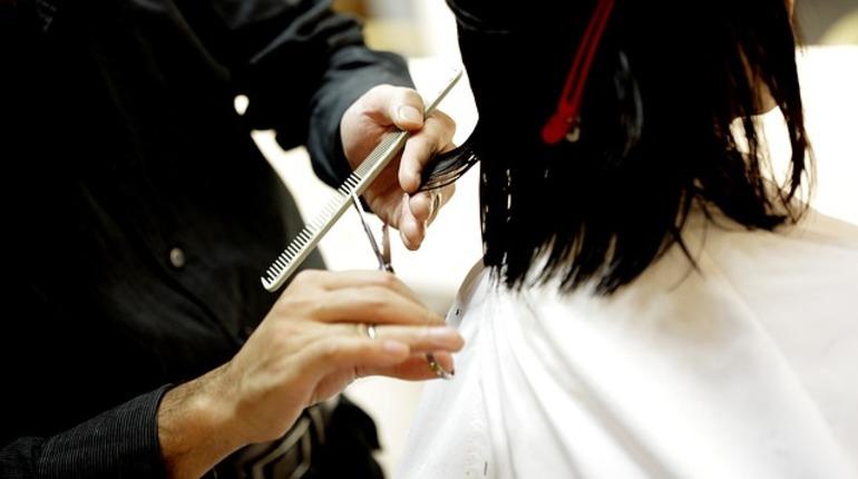 В Петербурге отвергнутый молодой человек решил отомстить бывшей возлюбленной. Он зарезал девушку, которая работает парикмахером, прямо во время рабочего дня в салоне красоты.