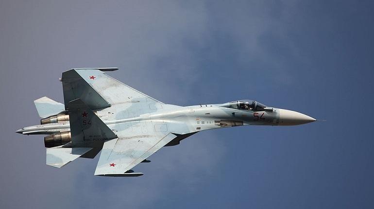 Минобороны России сообщило, что истребитель Су-27 был поднят на перехват американского самолета из-за того, что тот приближался к воздушным границам России.