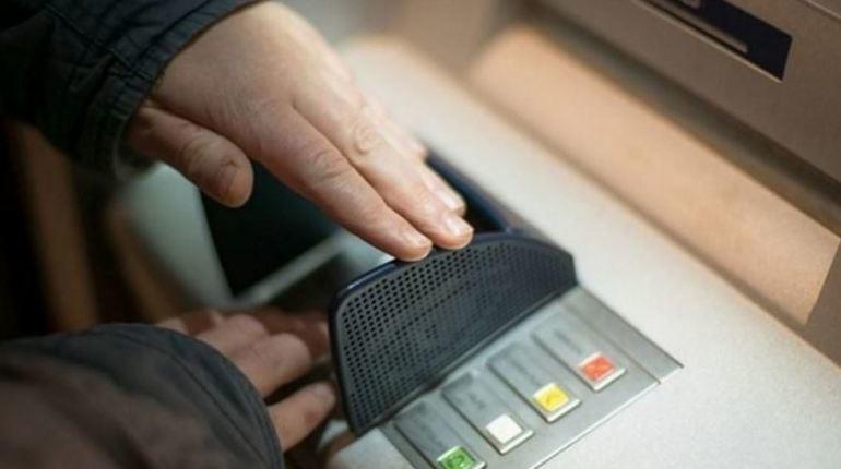Школьник с 24-летним приятелем попытались похитить деньги из банкомата