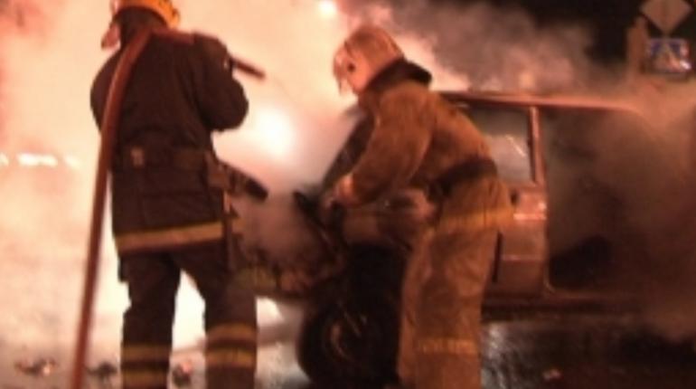 Пожарным пришлось почти полтора часа заливать автомобилль Skoda, который ночью 6 ноября полыхал на Петрозаводской улице в Петербурге.
