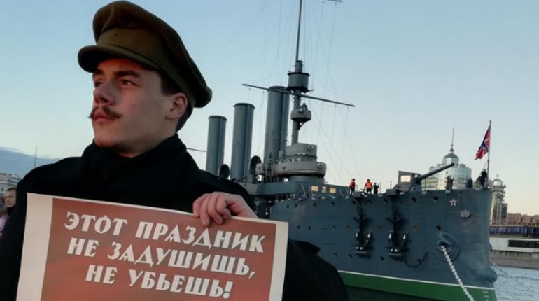 В Петербурге прошли одиночные пикеты против отказа Смольного согласовать митинг КПРФ у