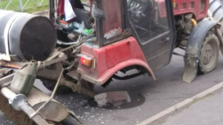 Очередное ДТП произошло в Петербурге: его участниками стали трактор и троллейбус. Очевидец утверждает, что трактор дрифтанул, поворачивая с улицы Димитрова на Будапештскую, но совершить эффектный маневр не удалось - он потерял колесо.
