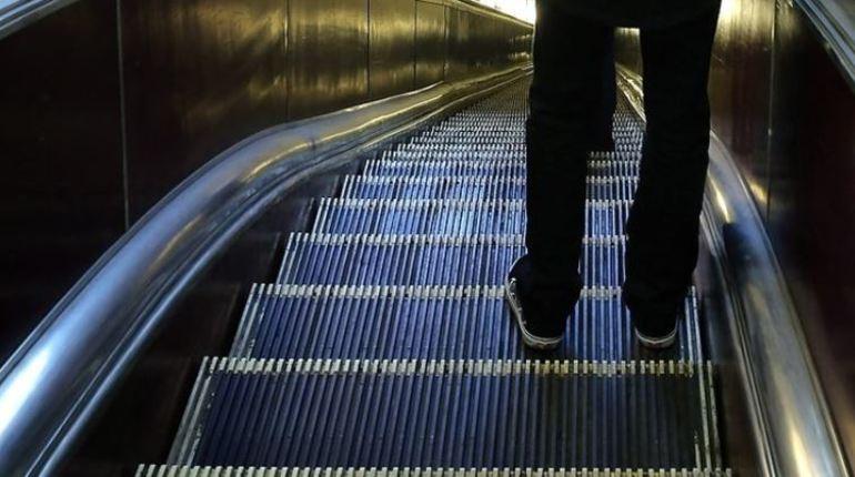 Пассажиры метрополитена Петербурга узнали, что частые ремонты эскалаторов не вынужденные, а запланированные. Об особенностях контроля над оборудованием подземки рассказали 6 ноября.