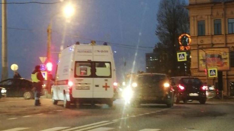 На пересечении Большой Зелениной улицы и Песочной набережной в Петербурге погиб велосипедист. Очевидцы утверждают, что вечером 6 ноября его сбил автомобиль. Тело погибшего уже накрыли.